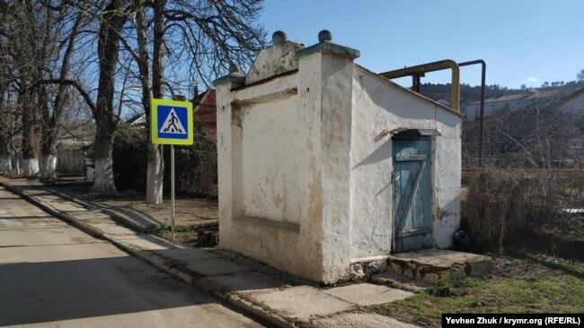 «Сарайчик» с ядрами напротив главного здания усадьбы