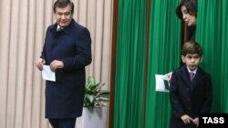 Премьер-министр Узбекистана, исполняющий обязанности президента Узбекистана Шавкат Мирзияев с супругой Зироатхон Хошимовой во время голосования на 132-м избирательном участке на досрочных выборах президента Узбекистана. Ташкент, 4 декабря 2016 года.