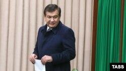 Исполняющий обязанности президента Узбекистана Шавкат Мирзияев на избирательном участке на досрочных выборах президента Узбекистана. Ташкент, 4 декабря 2016 года.