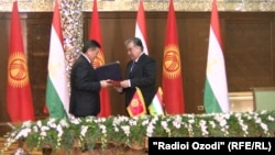 Сооронбей Ҷеенбеков ва Эмомалӣ Раҳмон дар Душанбе.