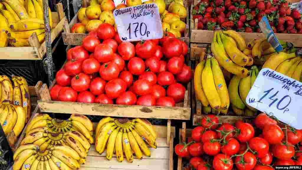 Тепличні помідори– від 140 до 170 рублів (близько 50,5-61 грн) за кілограм