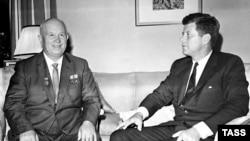 Первый секретарь ЦК КПСС, председатель Совета министров СССР Никита Хрущев и президент США Джон Кеннеди во время переговоров в резиденции посла США в Австрии