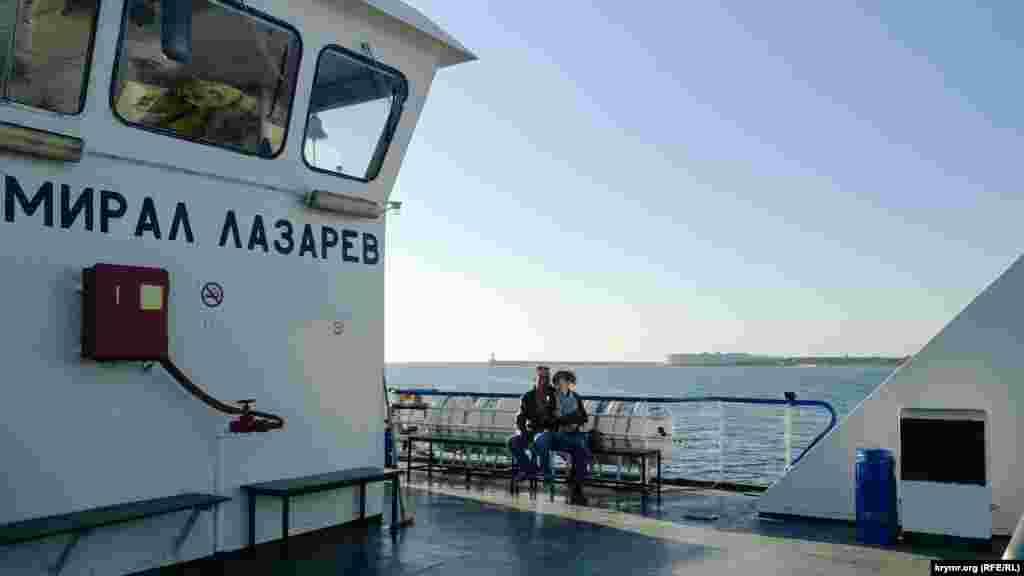 Паром «Адмирал Лазарев» курсирует по маршруту «Артбухта – Северная», переправляя людей и автомобили