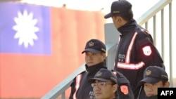 روابط چین و تایوان در تایوان گاه با انتقادهای احزاب مخالف روبهروست (در تصویر نیروهای پلیس تایوان در محل برگزاری یک تظاهرات ضدچینی در شهر تایچونگ در تایوان )