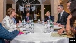 ԵՄ արտաքին քաղաքականության պատասխանատու Քեթրին Էշթոնը հանդիպում է Ուկրաինայի ընդդիմության առաջնորդների հետ, Կիև, 4-ը փետրվարի, 2014թ․
