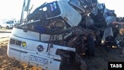 Обломки пассажирского автобуса, который предположительно столкнулся с грузовиком на трассе Махачкала — Астрахань. Дагестан, 13 июля 2016 года.