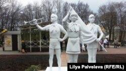 Современная инсталляция в Новопушкинском сквере. Москва, апрель 2016