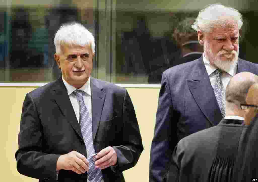 Bruno Stojić (L) i Slobodan Praljak (D) u sudnici neposredno prije izricanja presuda, Hague, 29. maj 2013. Foto: AFP / Jiri Buller