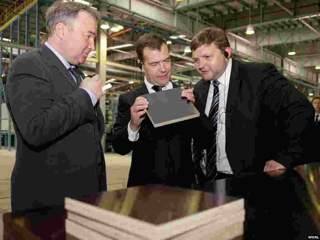 Медведев осмотрел Вятский фанерный комбинат