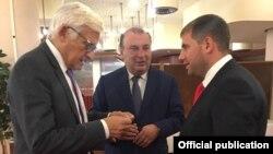 Ilan Shor discutînd cu europarlamentarul Jerzy Buzek (PPE), Bruxelles