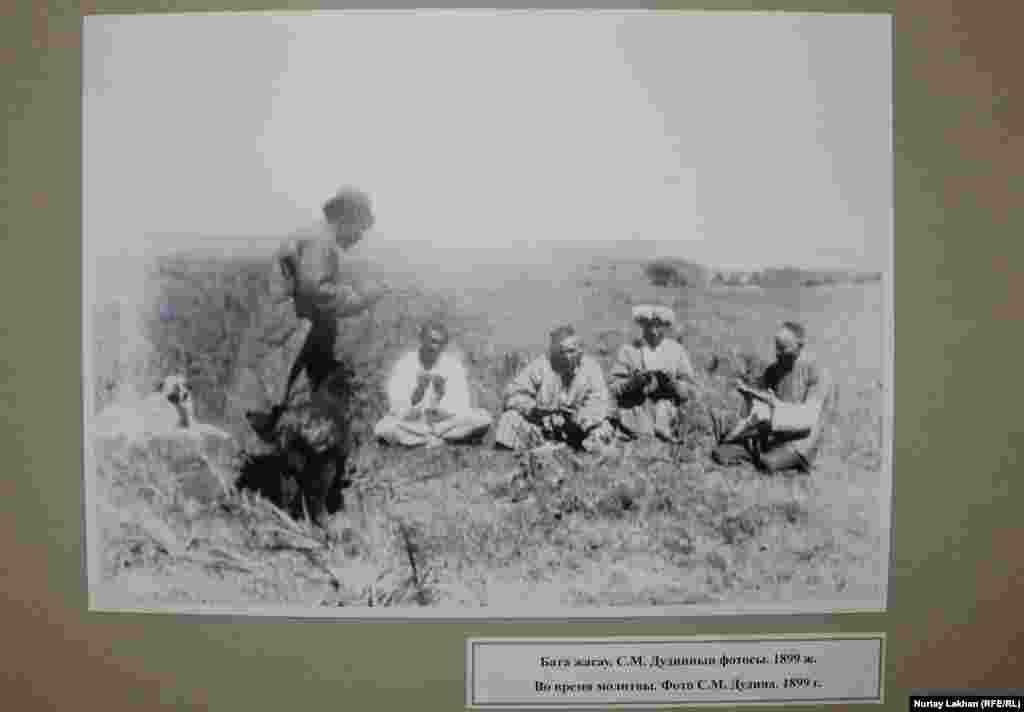 """""""Бата жасау"""". С.М.Дудиннің фотосы. 1899 жылы түсірілген."""