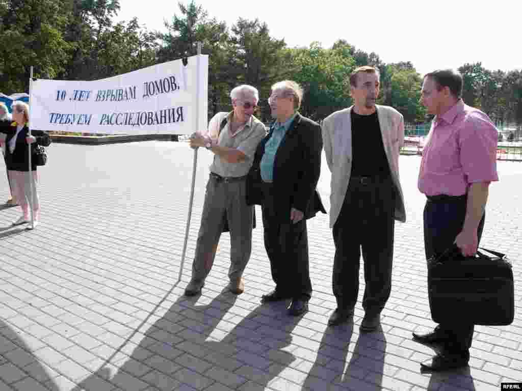 Справа налево: Михаил Трепашкин, Лев Пономарев, Сергей Ковалев и Валентин Гефтер на митинге, посвященном 10-й годовщине взрывов домов в Буйнакске, Москве и Волгодонске
