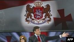 Диана Гурцкая предлагает отделить творчество от политики. На фото: певица рядом с президентом Грузии Михаилом Саакашвили на митинге правящей партии в ноябре 2007 года