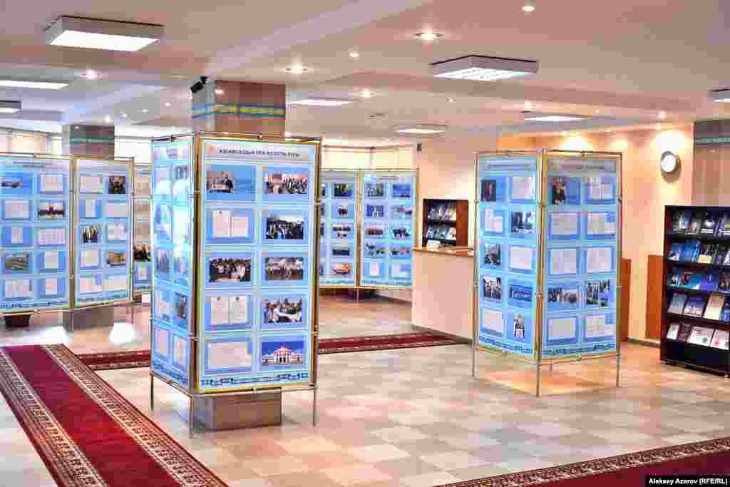 На выставке представлены оригиналы законодательных и нормотворческих документов по истории становления Казахстана, стратегические планы, документы внутренней и внешней политики Казахстана, десятки фотографий и книг бессменного президента страны Нурсултана Назарбаева.