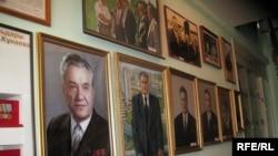 Музей-үйінде тұрған Қонаевтың портреттері.