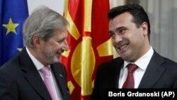 Еврокомисарят за съседската политика и преговорите за разширяване Йоханес Хан разговаря с министър-председателя на Северна Македония Зоран Заев по време на среща в Скопие