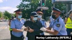 Абай ескерткіші маңында полиция адамдарды ұстап жатыр. Алматы, 6 маусым 2020 жыл.