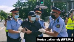 Полиция Абай ескерткіші маңында адамдарды ұстап жатыр. Алматы, 6 маусым 2020 жыл.