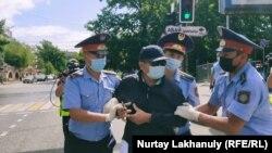 Полиция задерживает мужчину рядом с площадью у Дворца Республики.