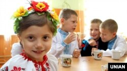 Учні однієї зі шкіл в Ужгороді святкують за солодким столом початок нового навчального року після урочистої лінійки з нагоди 1 вересня