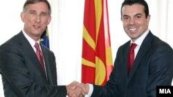 Новоименуваниот амбасадор на САД во Македонија Пол Волерс му ги предава акредитивните писма на министерот за надворешни работи Никола Поповски