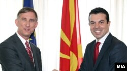Досегашниот амбасадор на САД во Македонија Пол Волерс и министерот за надворешни работи Никола Попоски.