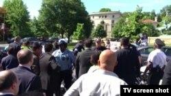 Столкновения между участниками акции протеста и охраной турецкого президента у резиденции посла Турции в Вашингтоне, 16 мая 2017 года.