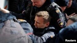 Российского оппозиционного активиста Алексея Навального затаскивают в автозак. Москва, 26 марта 2017 года.