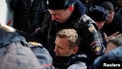 Ресей полициясы оппозициялық саясаткер Алексей Навальныйды ұстап жатыр. Мәскеу, 26 наурыз 2017 жыл.