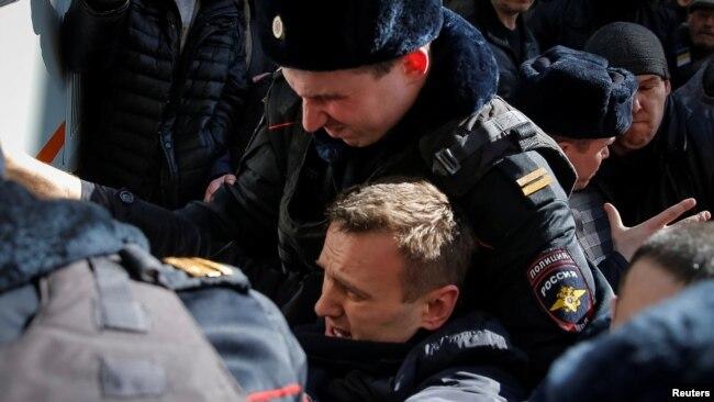 Мәскәү полициясе Алексей Навальныйны тоткарлый