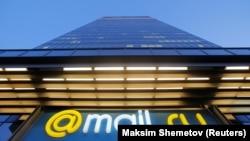 Логотип российской интернет-группы Mail.ru перед штаб-квартирой в Москве, 5 апреля 2016 г.