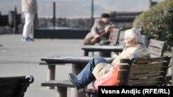 Od oktobra 2014. godine, kako je državna kasa bila punija, došlo je do povećanja penzija kojima su bili obuhvaćeni svi penzioneri. (na fotografiji: beogradski penzioneri, fotoarhiv)