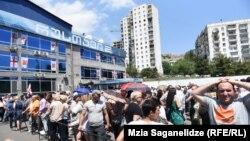 Сторонники «Рустави 2» перед зданием телекомпании в Тбилиси (архив)