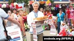 Чарнавус з караваем сустракае Тацяну Караткевіч на рынку ў Баранавічах