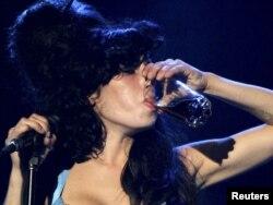 Еймі Вайнгаус часто вживала алкоголь під час виступів