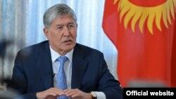 Қырғызстан президенті Алмазбек Атамбаев баспасөз мәслихатында, 2016 жыл.