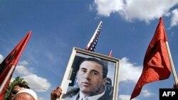 Priština, Albanci sa slikom Ramuša Haradinaja