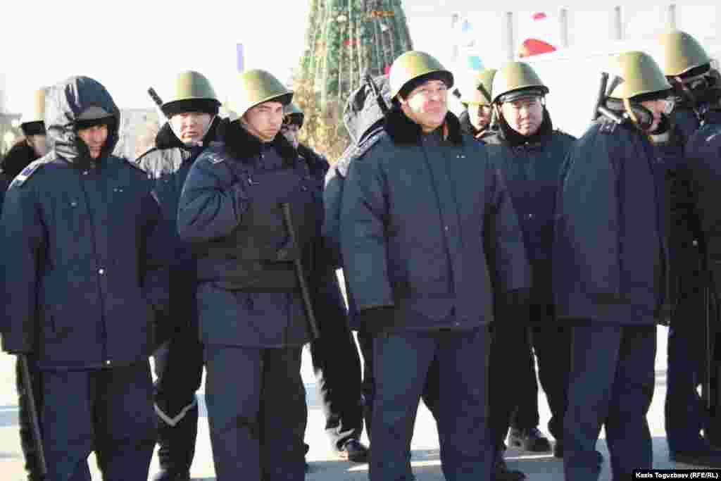 Полицейские в железных касках и бронежилетах, вооруженные резиновыми дубинками на центральной площади города. Актау, 18 декабря.