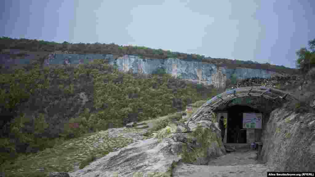 Вхід до колодязя Тік-Кую. Археологи знайшли його в 1999 році під час розкопок. Призначення колодязя досі невідоме