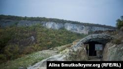Вход к колодцу Тик-Кую. Археологи нашли его в 1999 году во время раскопок. Назначение колодца до сих пор неизвестно
