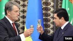 Türkmenistanyň prezidenti Gurbanguly Berdimuhamedow (sagda) we Ukrainanyň prezidenti Wiktor Ýuşenko Aşgabatda bolan gol çekişlik dabarasynda, 15-nji sentýabr, 2009 ý.