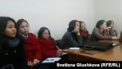 Юные журналисты слушают выступление представителей общественной организации «Информационно-пропагандистский и реабилитационный центр «Акниет» в их офисе. Астана, 30 октября 2015 года.
