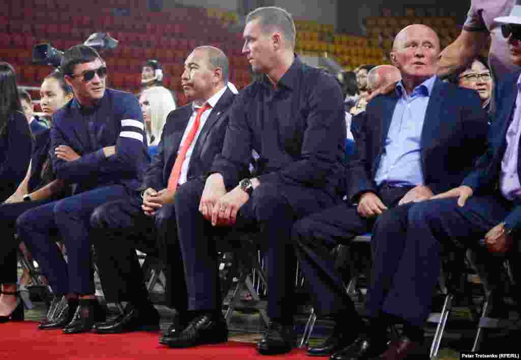 Олимпийские чемпионы по боксу Серик Сапиев (слева) и Ермахан Ибраимов (второй слева) во время церемонии прощания с Денисом Теном.