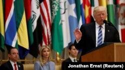 Президент США Дональд Трамп выступает в Эр-Рияде. 21 мая 2017 года.