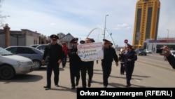 Ресей елшілігі алдында наразылық танытқан белсенді Мұратбек Арғынбековті полиция қызметкерлері ұстап алып барады. Астана, 14 сәуір 2014 жыл.