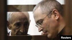 Михаил Ходорковский с одним из своих адвокатов