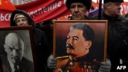 Участники демонстрации с портретом Сталина