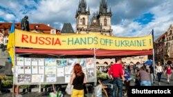 Акція української діаспори в центрі Праги проти агресії Росії, фото 2017 року. Українську діаспору на «конгрес» не запросили