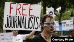 """Одна из акций """"Репортеров без границ"""" в защиту журналистов. Франция, 10 июля 2012 года."""