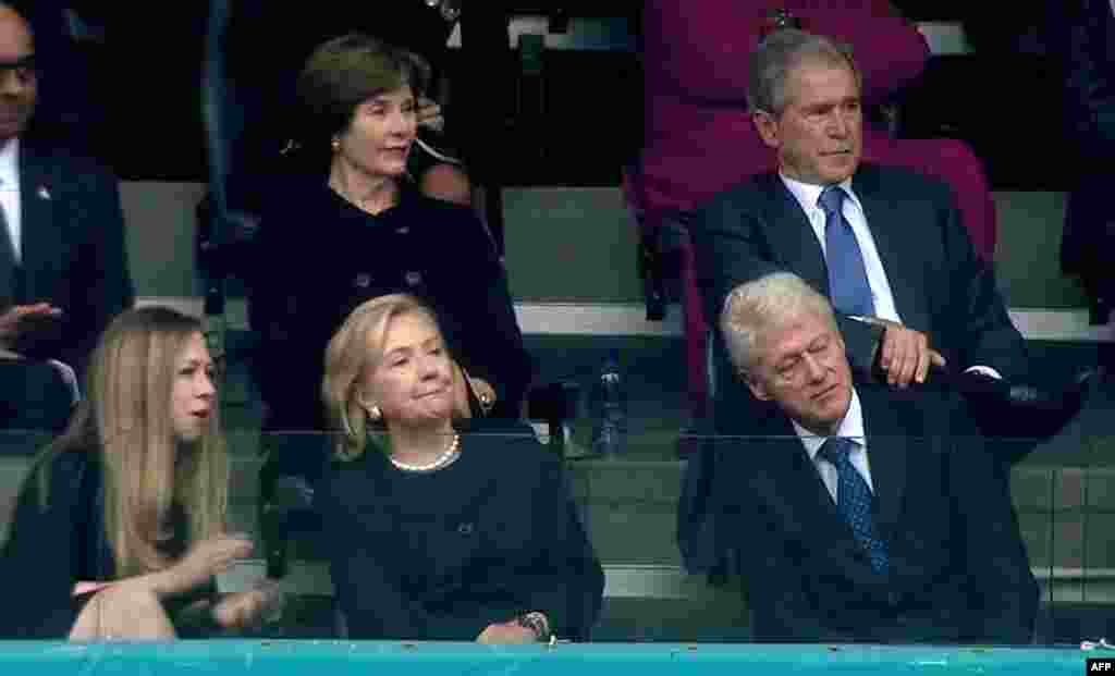 Former U.S. President Bill Clinton, his wife, former U.S. Secretary of State Hillary Clinton, their daughter, Chelsea, former U.S. President George W. Bush, and his wife, Laura Bush, attend the memorial.
